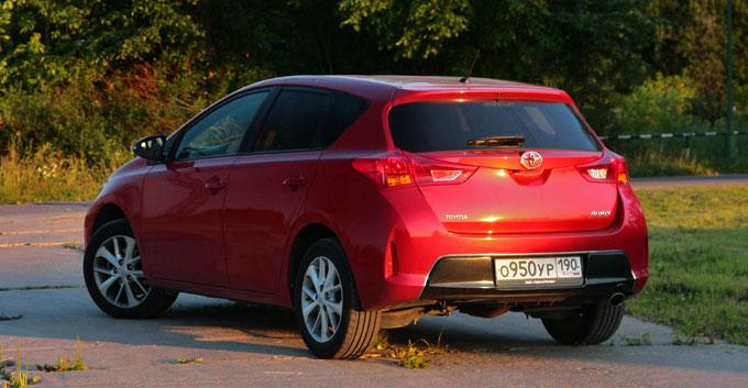Toyota Auris 2014 сзади